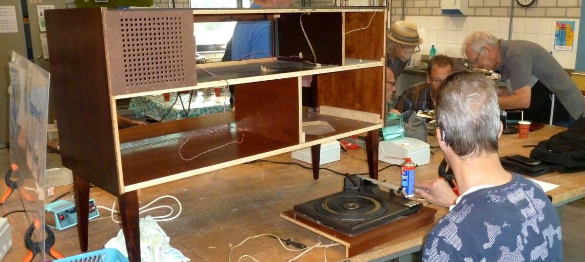 Stereo meubel in reparatie bij Repair Café Gemert-Bakel